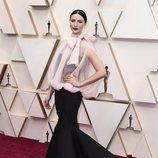 Caitriona Balfe posa en la alfombra roja de los Oscar 2020