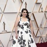 Beanie Feldstein posa en la alfombra roja de los Oscar 2020