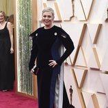 Olivia Colman posa en la alfombra roja de los Oscar 2020