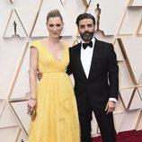 Elvira Lind y Oscar Issac posan en la alfombra roja de los Oscar 2020