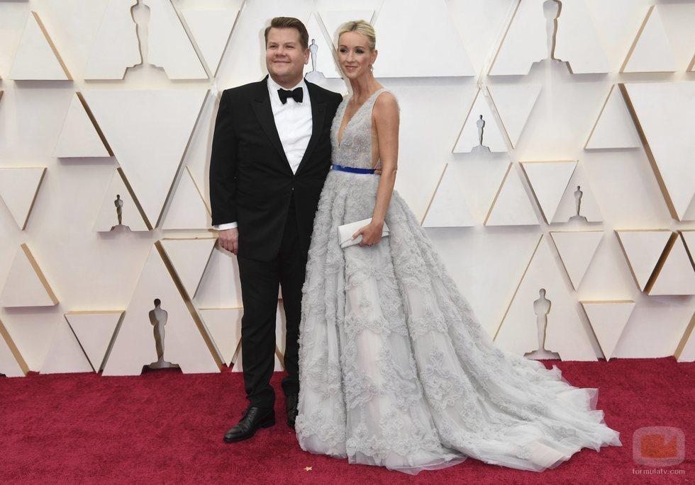 James Corden y Julia Carey posan en la alfombra roja de los Oscar 2020