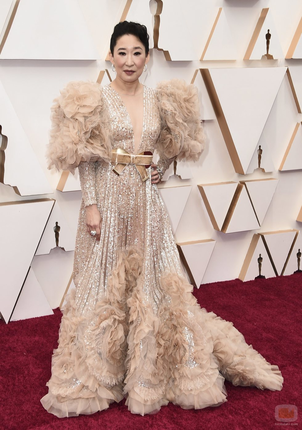 Sandra Oh posa en la alfombra roja de los Oscar 2020