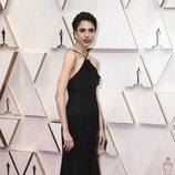 Margaret Qualley posa en la alfombra roja de los Oscar 2020