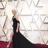 Charlize Theron posa en la alfombra roja en los Oscar 2020