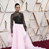 Gal Gadot posa en la alfombra roja de los Oscar 2020