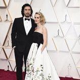 Adam Driver y Joanne Tucker posan en la alfombra roja de los Oscar 2020