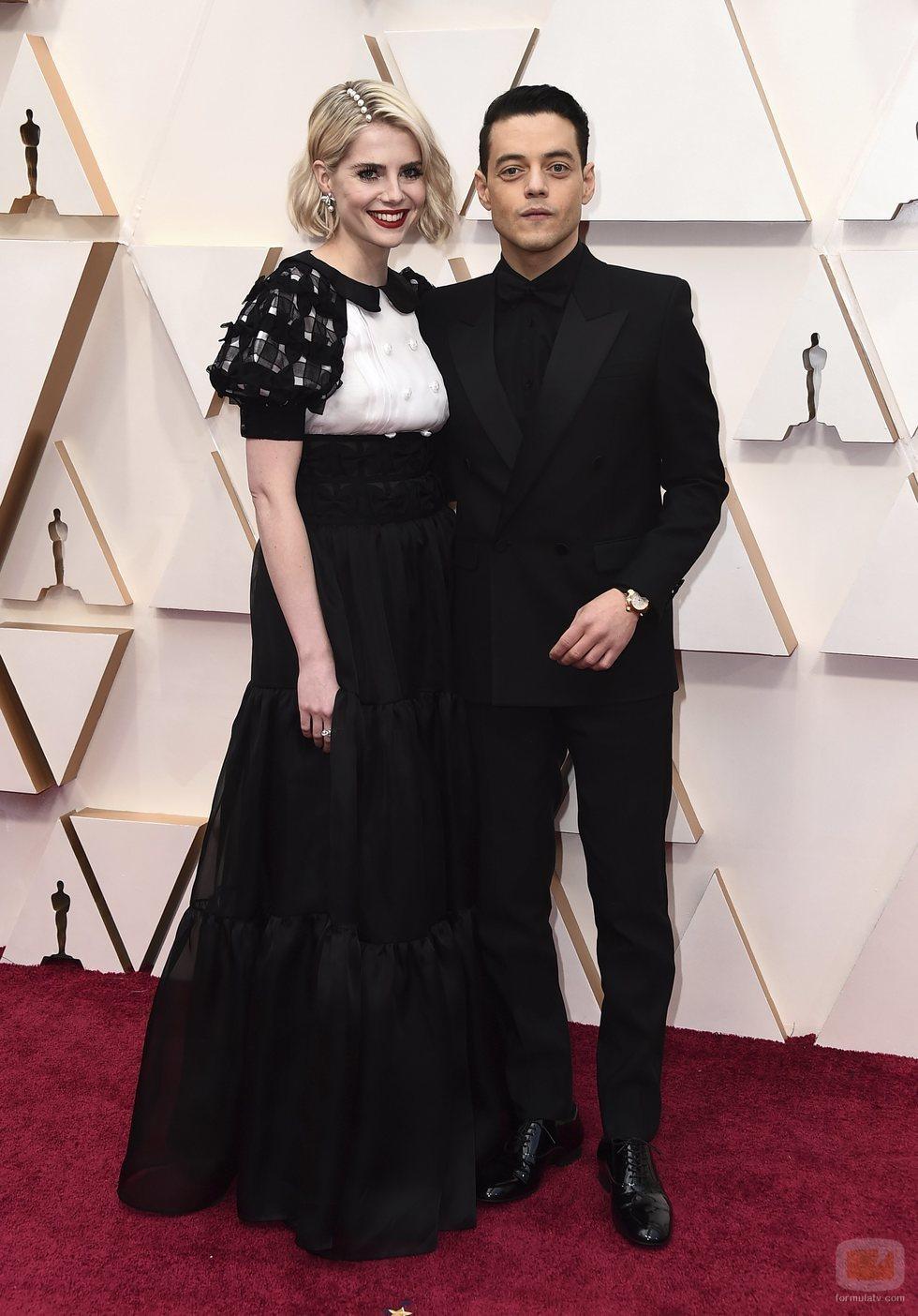 Lucy Boynton y Rami Malek posan en la alfombra roja de los Oscar 2020