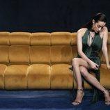 Adara pensativa en el sofá, en la Gala 5 de 'El tiempo del descuento'