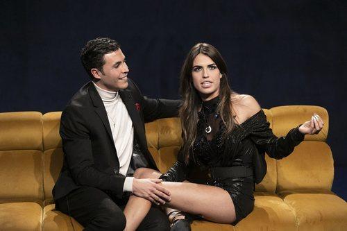 Kiko Jiménez y Sofía Suescun discuten en el sofá, en la Gala 5 de 'El tiempo del descuento'