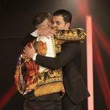 Dinio y Kiko Jiménez se abrazan en la sala de expulsión, en la Gala 5 de 'El tiempo del descuento'