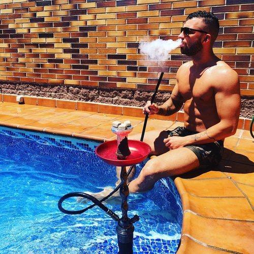 Rubén de 'La isla de las tentaciones' en bañador en la piscina