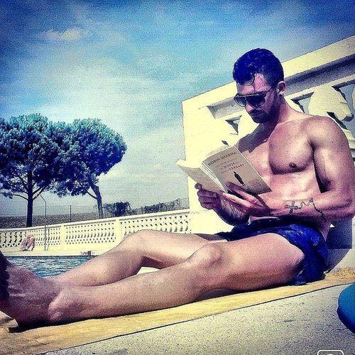 Rubén Sánchez de 'La isla de las tentaciones' en bañador leyendo