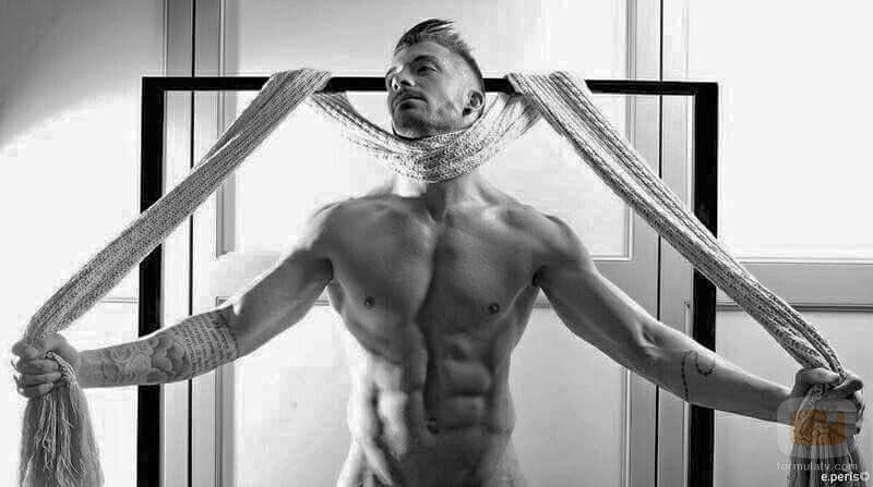 Desnudo de Rubén Sánchez ('La isla de las tentaciones') en el que deja ver sus abdominales