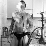 Rubén ('La isla de las tentaciones') en calzoncillos fumando cachimba