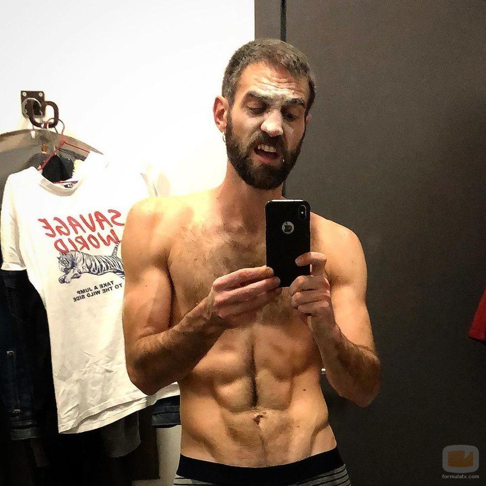 Jon Plazaola posa semidesnudo en el camerino
