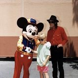 Michael Jackson y Macaulay Culkin posan con Mickey Mouse en Disneyland