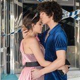 Lu y Valerio se abrazan en la temporada 3 de 'Élite'