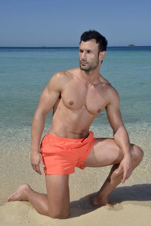 Jorge Pérez posa en bañador en la playa de 'Supervivientes 2020'