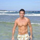 Hugo Sierra posa con el torso desnudo en la playa de 'Supervivientes 2020'