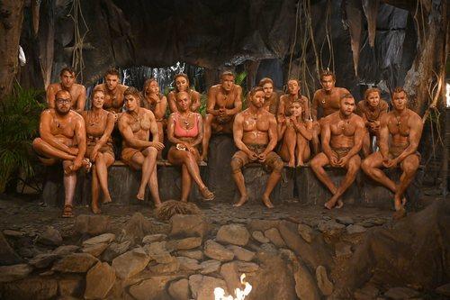 Los participantes de 'Supervivientes 2020', llenos de barro en la palapa