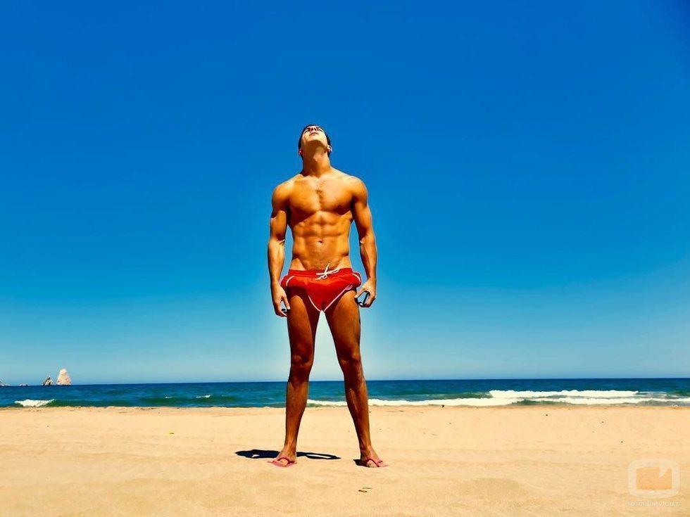 Mario Casas luce cuerpo en bañador