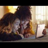 Luisita y Amelia mirando una tablet en el 1x03 de '#Luimelia'