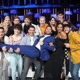 Los concursantes de 'OT 2020' cogen en brazos a Roberto Leal en la Gala 6