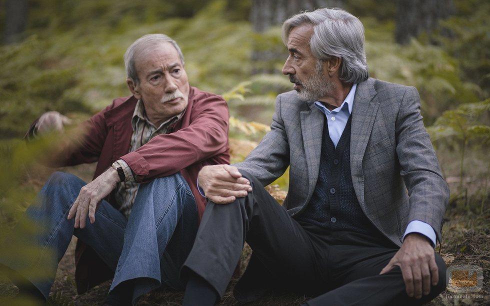 Ramón y Antonio, sentados en el bosque en el 20x19 de 'Cuéntame cómo pasó'