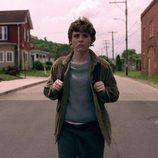 Syd (Sophia Lillis) andando por la calle en 'Esta mierda me supera'
