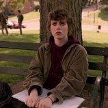 Syd (Sophia Lillis) sentada en un banco en 'Esta mierda me supera'