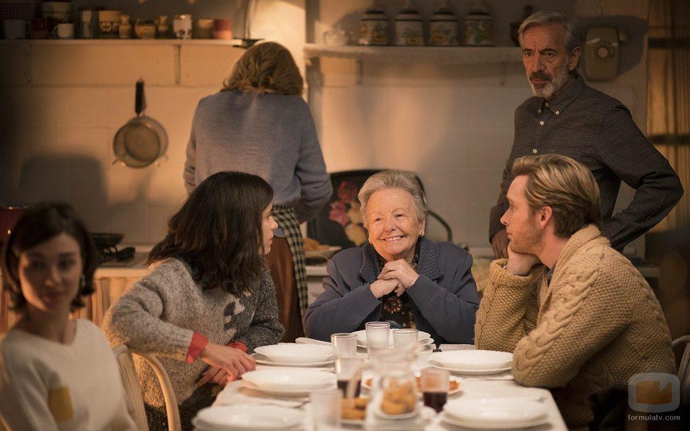 Herminia, feliz a la mesa junto a su familia en el capítulo 20x20 de 'Cuéntame cómo pasó'
