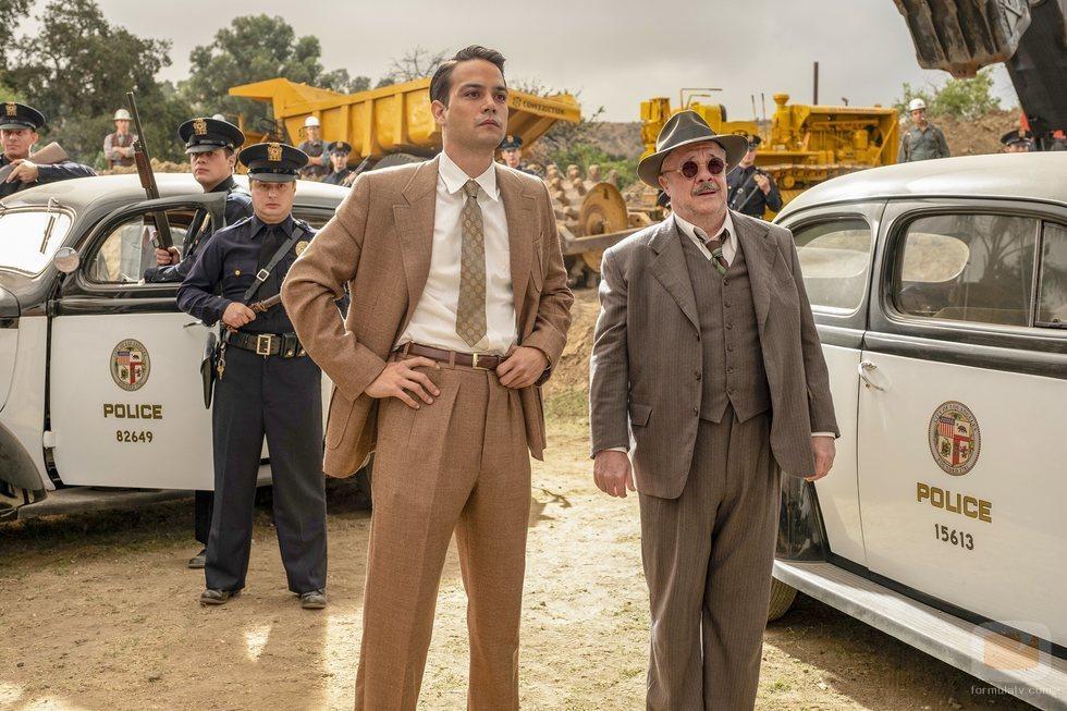 Daniel Zovatto y Nathan Lane en 'Penny Dreadful: City of Angels'