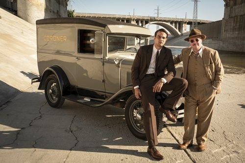 Los inspectores Tiago Vega y Lewis Michener en 'Penny Dreadful: City of Angels'