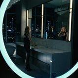 Dolores se observa en el espejo en la tercera temporada de 'Westworld'