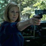 Wendy Byrde empuña una pistola en la tercera temporada de 'Ozark'