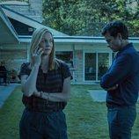 Wendy habla por teléfono frente a Marty en 'Ozark'