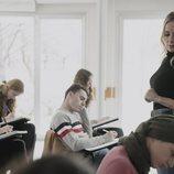 Ángela Cremonte imparte una clase, en 'Mentiras'