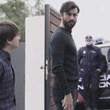 Javier Rey y la policía en 'Mentiras'