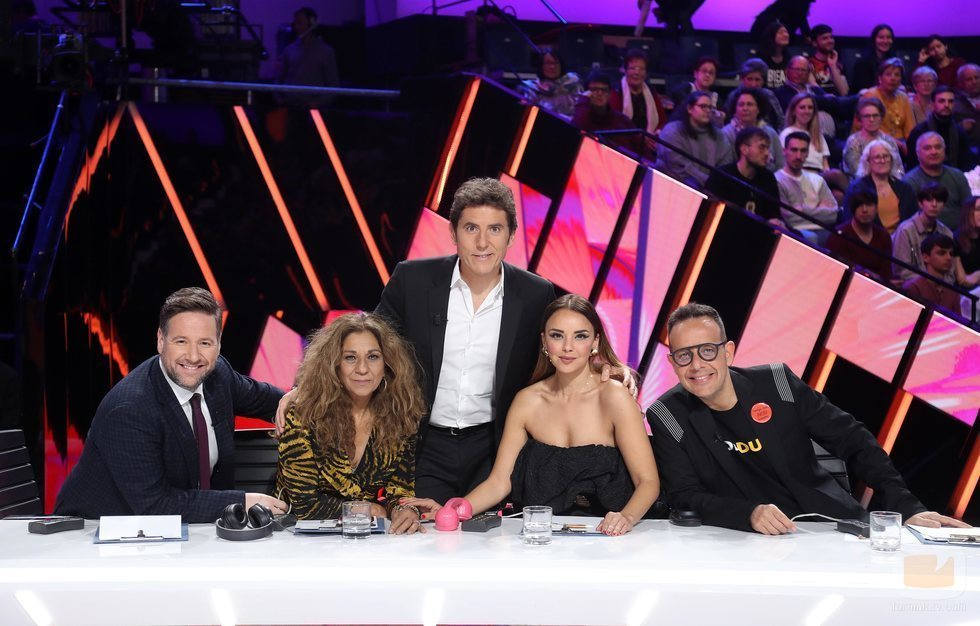Manel Fuentes junto a los miembros del jurado en la Gala 10 de 'Tu cara me suena 8'