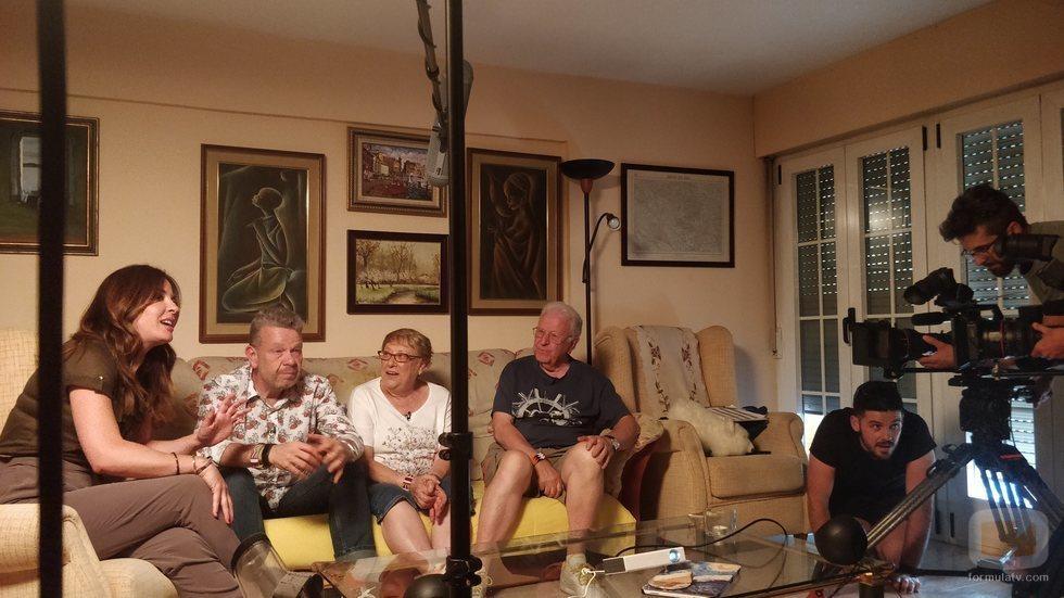 Alberto Chicote con sus padres y Mamen Mendizábal en el rodaje de 'Palo y astilla'