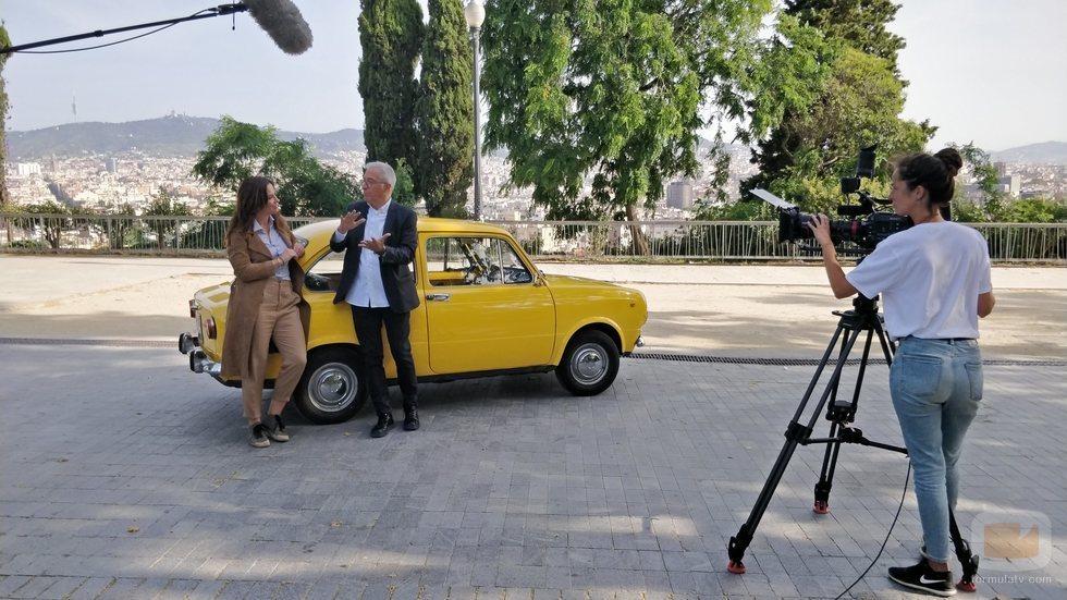 Xavier Sardà y Mamen Mendizábal, junto a un coche en 'Palo y astilla'