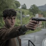 Txabi Etxeberrieta (Àlex Monner) empuña una pistola en 'La línea invisible'