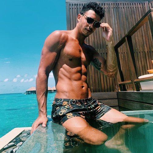 Kiko Jiménez posa, en bañador, con el torso desnudo