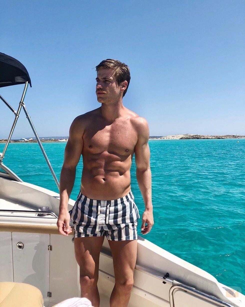Adrián Pedraja posa en bañador con el torso desnudo
