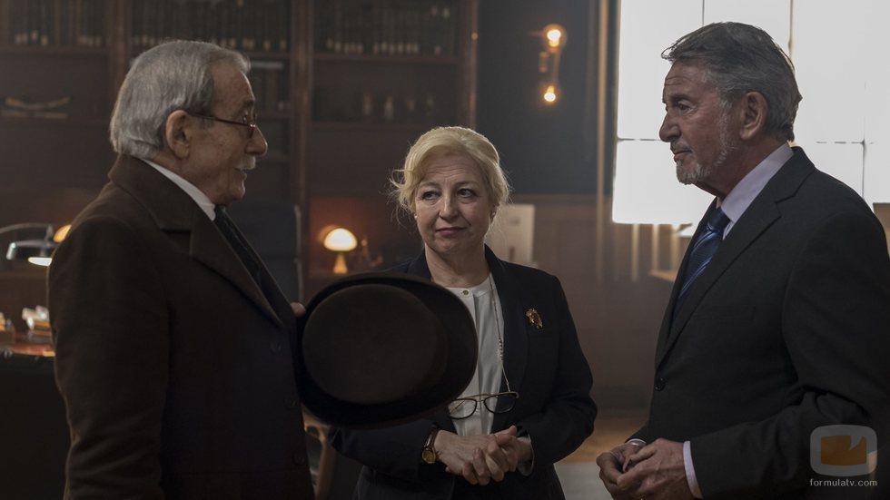 Benito Pérez Galdós juntos a Salvador y Angustias en 'El Ministerio del Tiempo'