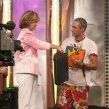 Mercedes Milá entrega el maletín de 'GH 1' a Ismael Beiro