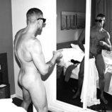 Labrador posa completamente desnudo frente al espejo