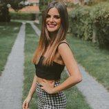 Alexia Rivas, reportera de 'Socialité', posa en un jardín