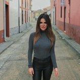 Alexia Rivas, reportera y redactora de 'Socialité', posando
