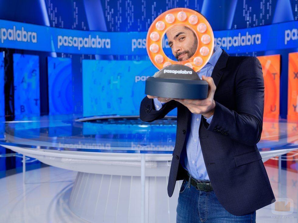 Roberto Leal juega en el plató de 'Pasapalabra'
